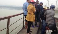 2 nam thanh niên đang xô xát, cô gái nhảy xuống sông Hồng