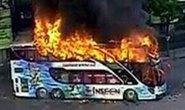 """Xác chết cháy đen trước nơi phe """"Áo đỏ"""" biểu tình"""
