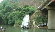 Xe khách lao xuống suối, 2 người chết, 5 người bị thương
