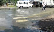 Hóa chất tràn đầy đường, nhiều người té ngã