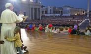 Cậu bé mồ côi ôm chân giáo hoàng