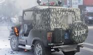 Xe Jeep biển số xanh bốc cháy giữa phố