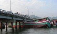 Nha Trang: Tàu cá khủng vướng gầm cầu Xóm Bóng