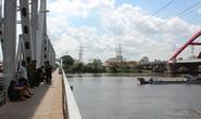 Tàu hỏa húc thanh niên bay xuống sông Sài Gòn