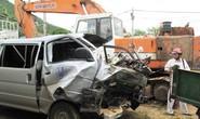 Xe chở gỗ lao vào đường đang thi công, 2 người chết
