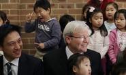 """Bé 5 tuổi gây """"sốt"""" vì làm mặt hề sau lưng thủ tướng Úc"""