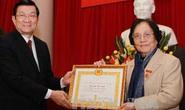Trao huy hiệu 65 năm tuổi Đảng cho bà Nguyễn Thị Bình