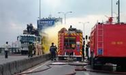 TPHCM:  Xe tải chở hóa chất cháy giữa cầu