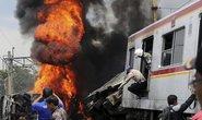 Indonesia: Xe lửa tông xe tải bốc cháy, 10 người chết