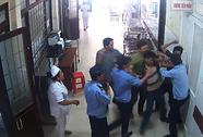 Người nhà bệnh nhân liên tiếp đấm vào mặt bảo vệ bệnh viện