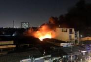 Cơ sở nệm mút cháy dữ dội trong đêm
