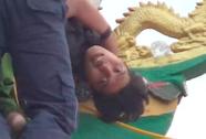 """VIDEO giây phút nghẹt thở bắt kẻ """"ngáo đá"""" trên tháp chùa"""