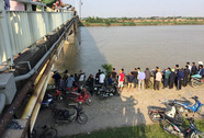 Va chạm trên cầu, xe ben tông chục mét lan can lao xuống sông
