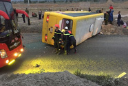 Lật xe khách chở người về quê đón Tết, trên 12 người thương vong