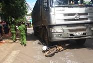 Xe tải tông kéo lê xe máy 30 m, 1 người chết