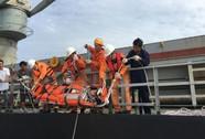 Khẩn trương đưa 2 thuyền viên nước ngoài vào bờ cấp cứu