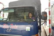 """Nữ tài xế xe tải lại """"oanh tạc"""", BOT T2 tiếp tục xả trạm"""