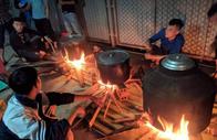 Người dân Xứ Nghệ trắng đêm nấu hàng ngàn chiếc bánh chưng gửi vào vùng lũ
