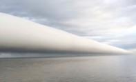 Kỳ lạ dải mây cuộn khổng lồ vắt ngang trời như ống nước