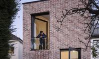 Nhà 2 tầng không sơn trát vẫn nổi bật giữa thành phố