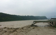Trung Quốc: Sập cầu, hàng loạt xe bay xuống sông