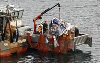 Đi đánh cá, vớt được xác máy bay chứa thi thể người