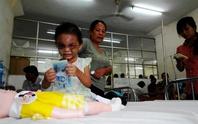 Vụ bé gái 4 tuổi bị cha mẹ hành hung: Bà ngoại giữ tiền và giành quyền nuôi Ngân