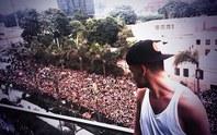 """Nhiều """"fan"""" ngạt thở vì chen nhau xem One Direction diễn"""