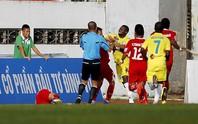 Vòng 17 V-League: Cầu thủ đánh nhầm trọng tài