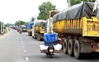 Xe chở bauxite nghênh ngang trên đường