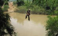 Đu dây cáp qua sông, một phụ nữ rơi từ độ cao 10 m
