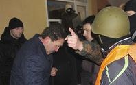 Ukraine: Người biểu tình còng tay thống đốc, ép từ chức