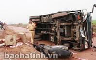 Lái xe tải ngủ gật tông hai vợ chồng thương vong