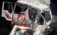 Dùng xà beng giải cứu tài xế, phụ xe kẹt cứng trong cabin