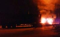 Xe đầu kéo cháy trơ khung trên xa lộ Hà Nội