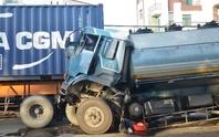 Tông xe container, tài xế xe bồn thoát chết hy hữu