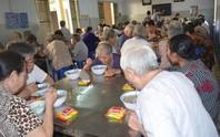 Người già bị suy dinh dưỡng
