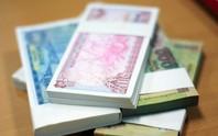 Nhân viên ngân hàng quay cuồng đổi tiền lẻ Tết cho khách