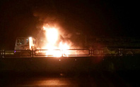 Xe đầu kéo bốc cháy dữ dội, tài xế tông cửa tháo chạy