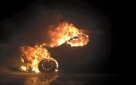 Xe 4 chỗ bốc cháy dữ dội trên cao tốc Nội Bài - Lào Cai