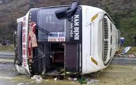 Xe khách mất lái, lật nghiêng trên cao tốc Nội Bài-Lào Cai