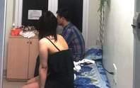 Bắt quả tang tiếp viên ăn mặc khiêu gợi kích dục cho khách