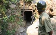 4 phu vàng chết vì ngạt khí: Huyện nói nạn nhân chỉ đào... đất đá (?!)