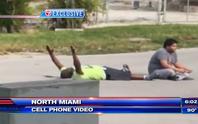 Cảnh sát Mỹ bắn người da đen đang chăm sóc bệnh nhân tự kỷ