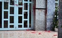 Bị khủng bố mắm tôm, sơn nước vào nhà lúc rạng sáng