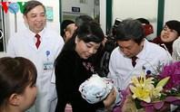 Bộ trưởng Y tế thăm cháu bé đầu tiên ra đời nhờ mang thai hộ
