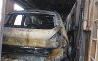 Cháy xe đầu kéo, 3 ô tô con trên xe này bị thiêu rụi