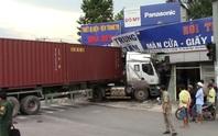 Xe container lao vào nhà ven đường, tài xế suýt chết