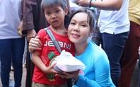 Việt Hương trao cơm từ thiện tại Đồng Nai