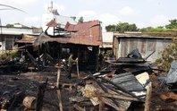 Chủ đi vắng, 3 căn nhà cháy ra tro